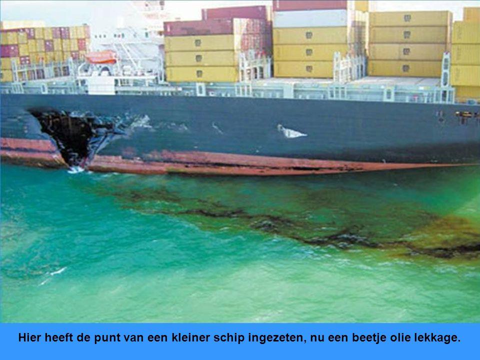Containerschip zag vrachtschip van rechts schijnbaar niet, ook hier een kwestie van proberen door te douwen.