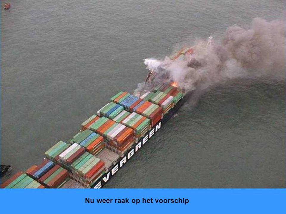 Zicht in het ruim met wat container resten