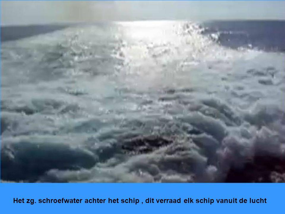 Het zg. schroefwater achter het schip, dit verraad elk schip vanuit de lucht