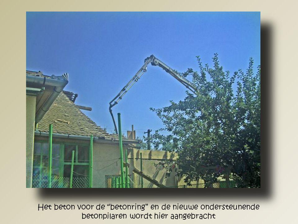 """De aangebrachte """"betonring"""" met nieuwe ondersteunende betonpilaren gezien vanuit de stal."""