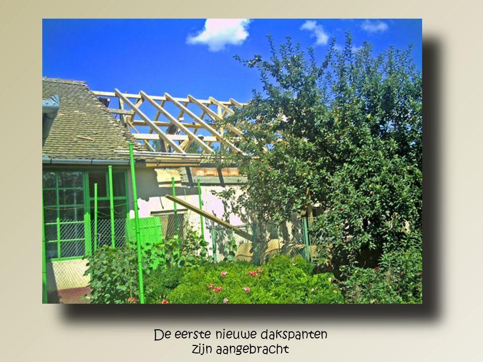 Het beton voor de betonring en de nieuwe ondersteunende betonpilaren wordt hier aangebracht