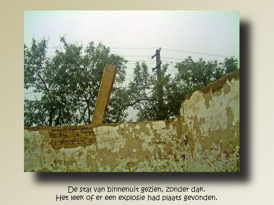 Ter versterking van de muren om het dak te kunnen dragen was het nodig om deels de muren ten behoeve van de betonring af te breken.