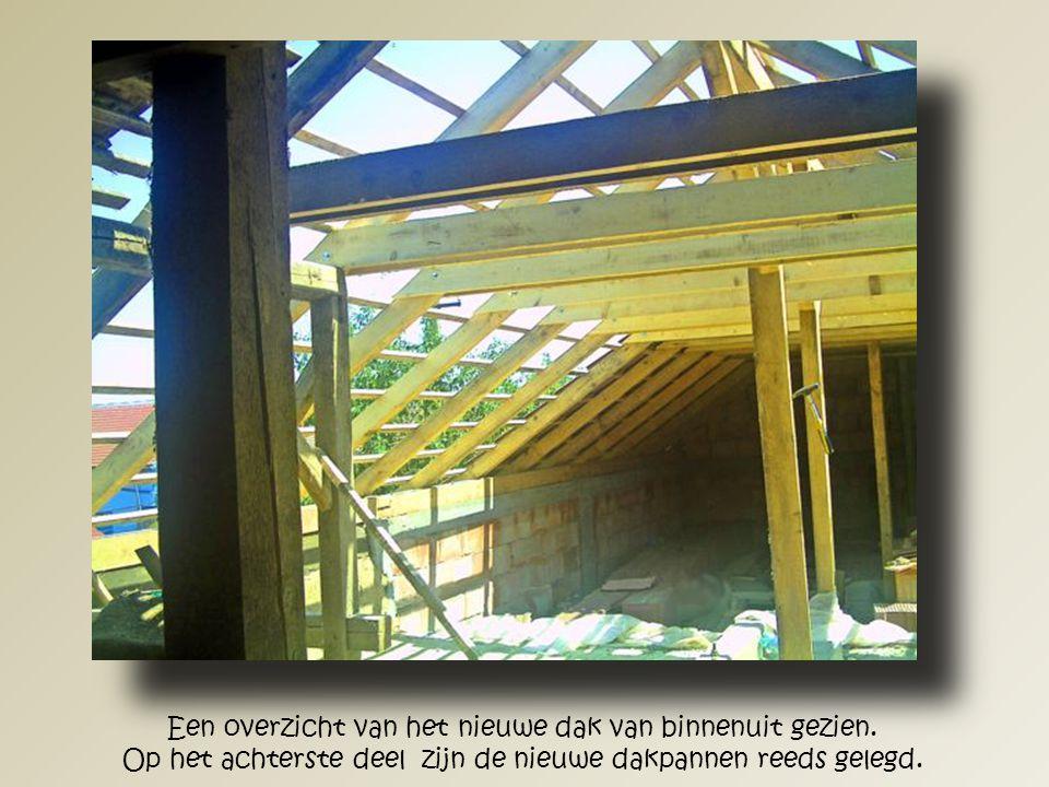 Hier zien we hoe de aannemer de nieuwe spanten en het andere nieuwe houtwerk heeft aangebracht.
