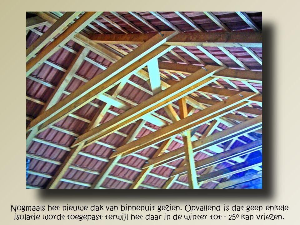 Een overzicht van het nieuwe dak van binnenuit gezien.