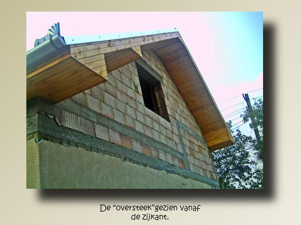 Op advies van de aannemer kreeg het dak hier een oversteek .