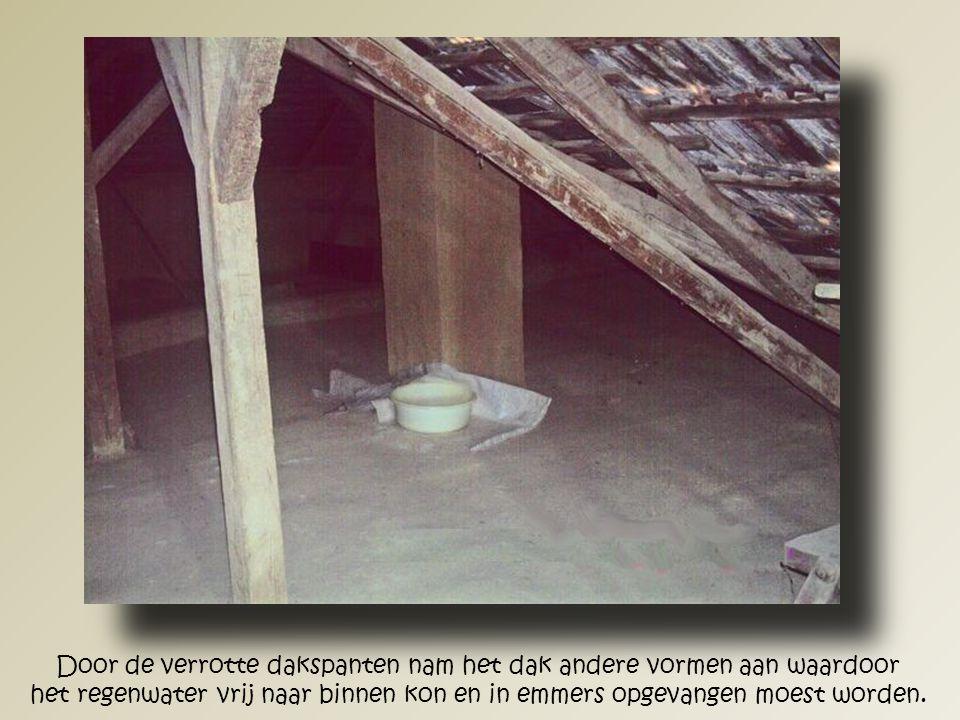 Door de verzakking van het dak, de onevenredige gewichtverdeling en het vocht ontstonden er op meerdere plaatsen ernstige scheuren in de wanden.