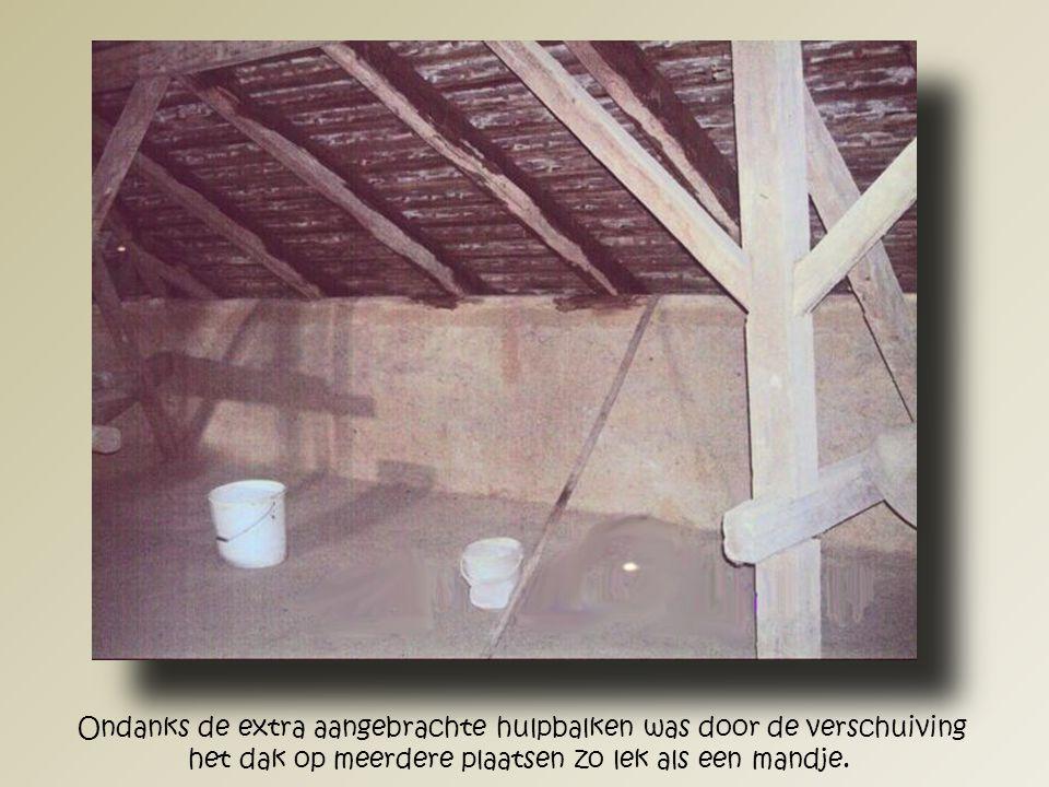 Door de verrotte dakspanten nam het dak andere vormen aan waardoor het regenwater vrij naar binnen kon en in emmers opgevangen moest worden.