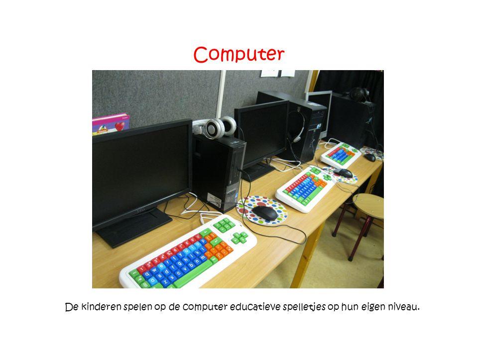 Computer De kinderen spelen op de computer educatieve spelletjes op hun eigen niveau.