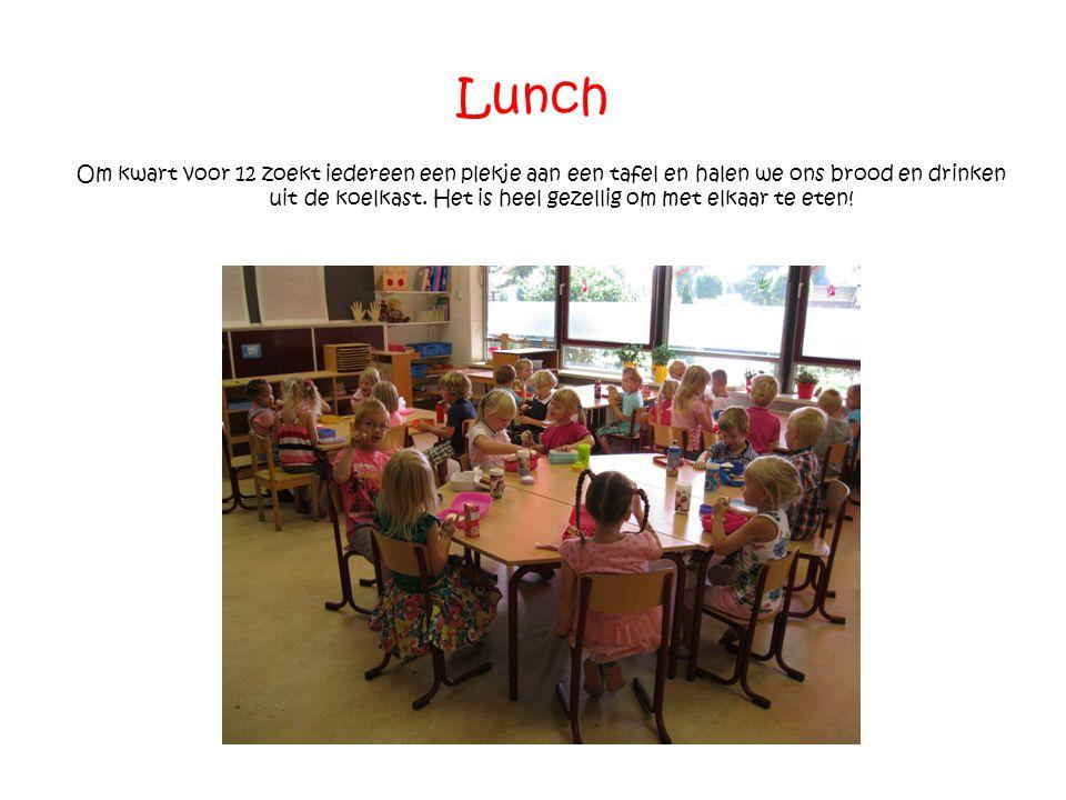 Lunch Om kwart voor 12 zoekt iedereen een plekje aan een tafel en halen we ons brood en drinken uit de koelkast. Het is heel gezellig om met elkaar te