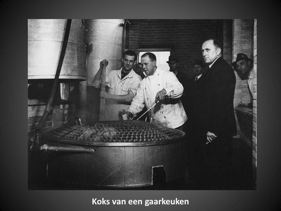 Deze powerpoint presentatie zijn foto's uit Rotterdam in de periode 1942 - 1945 Koken van soep in de ketels van bierbrouwerij Heineken