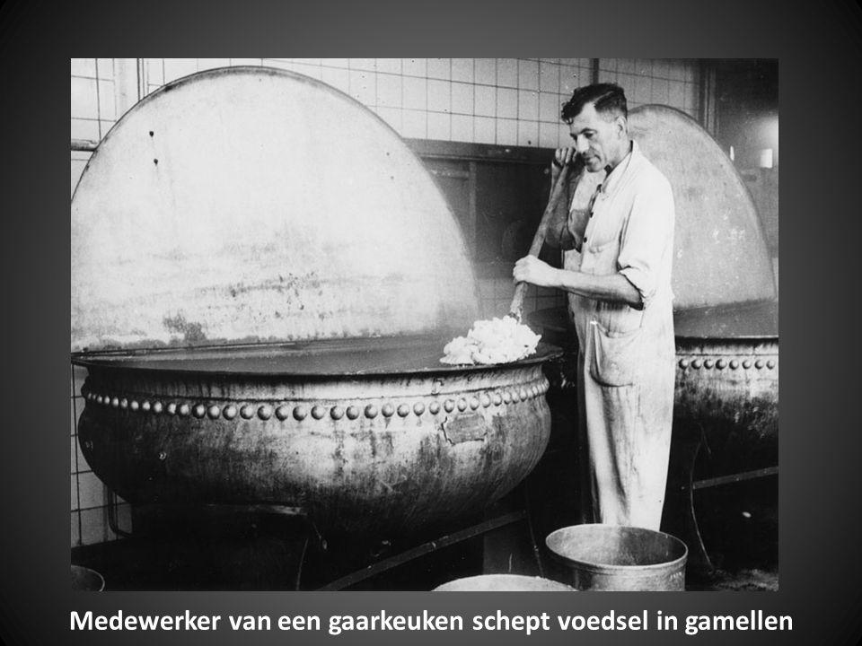 Medewerker van een gaarkeuken schept voedsel in gamellen