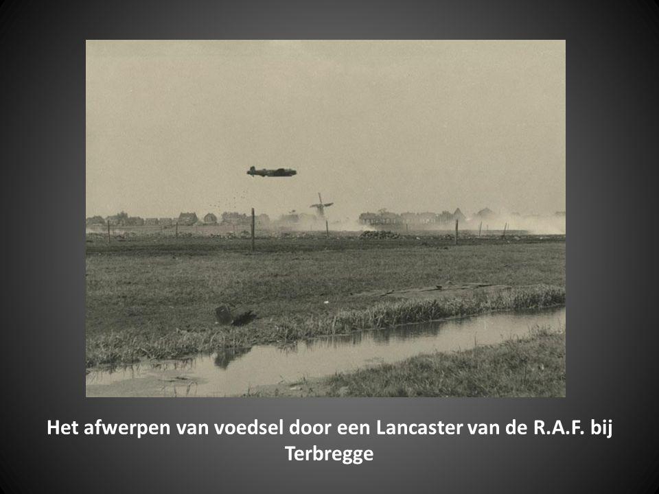 Het afwerpen van voedsel door Lancaster vliegtuigen van de RAF bij de Terbregseweg