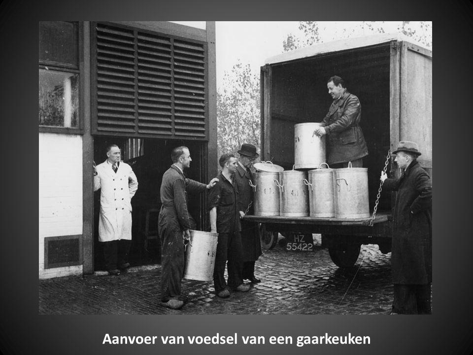 Verpakken van door het Zweedse Rode Kruis ter beschikking gestelde gort