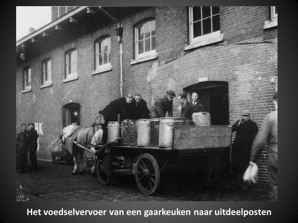 Paard en wagen met zakken die na voedseldroppings zijn verzameld