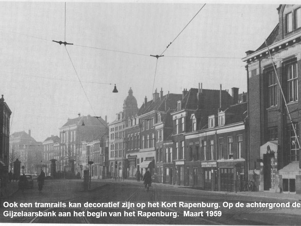 De doorvaart van Katwijkse loggers door de stad was een plaag voor vele Leidenaars in de jaren vijftig. April 1957
