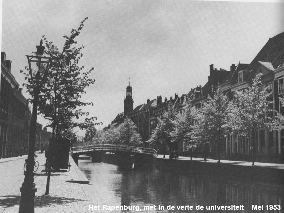 Ook een tramrails kan decoratief zijn op het Kort Rapenburg. Op de achtergrond de Gijzelaarsbank aan het begin van het Rapenburg. Maart 1959