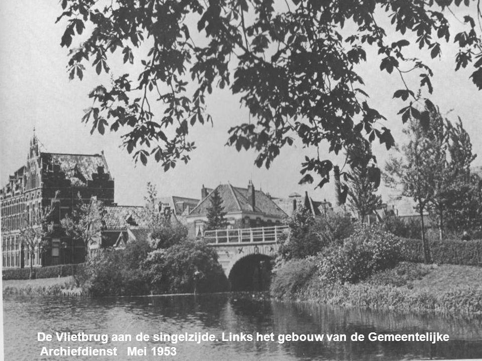 Het Rapenburg, met in de verte de universiteit Mei 1953