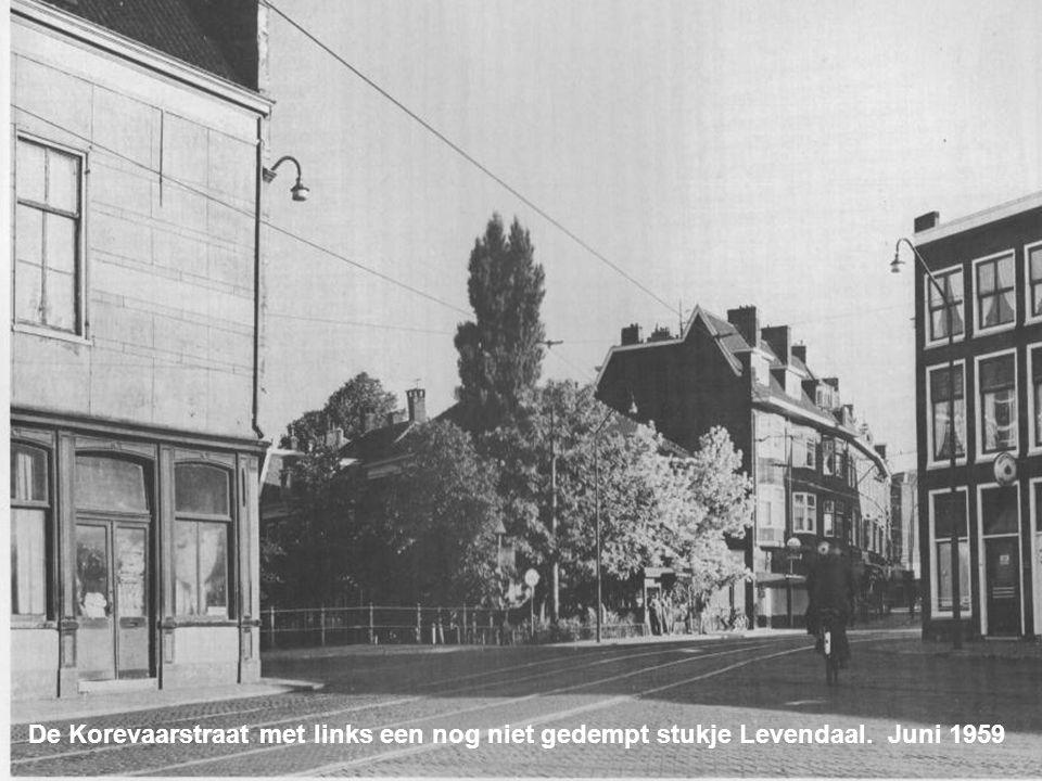De Vlietbrug aan de singelzijde. Links het gebouw van de Gemeentelijke Archiefdienst Mei 1953