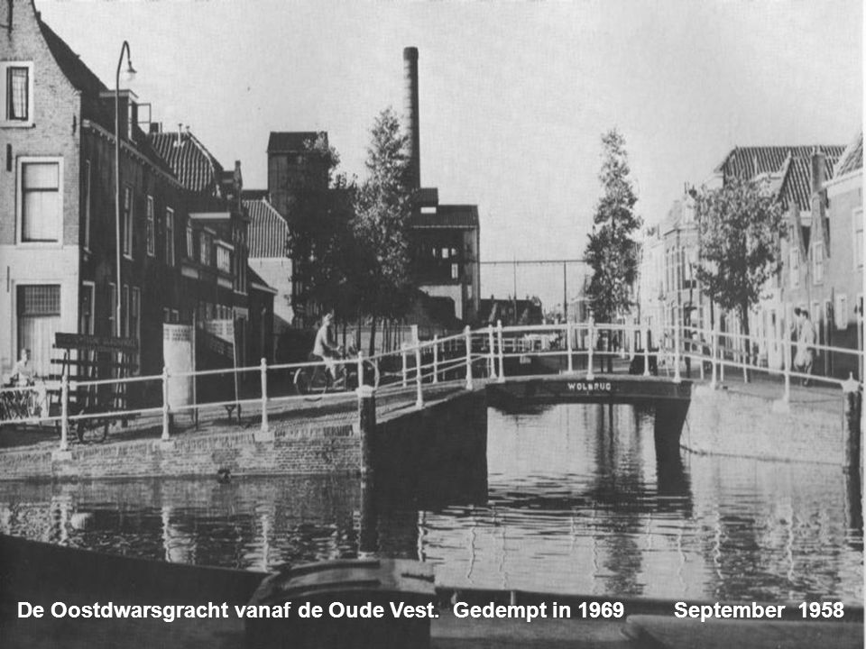 De Waardgracht. Gedempt in de jaren 60 in 1979weer uitgegraven Mei 1953