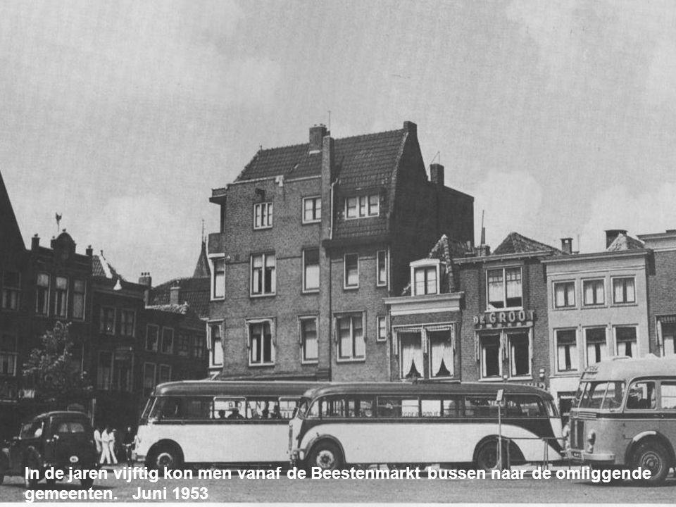 Gezicht op Leiden. Op de voorgrond de Lammermarkt en de overdekte Varkensmarkt Juni 1952