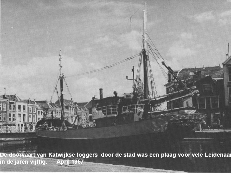 De doorvaart van Katwijkse loggers door de stad was een plaag voor vele Leidenaars in de jaren vijftig.