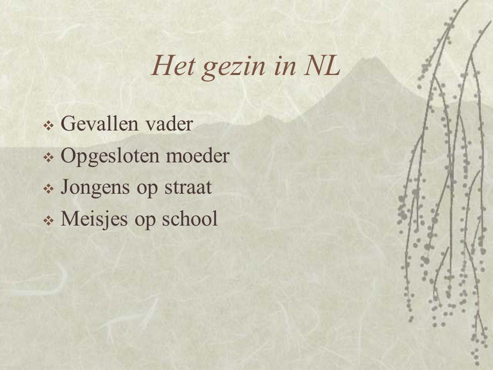 Het gezin in NL  Gevallen vader  Opgesloten moeder  Jongens op straat  Meisjes op school