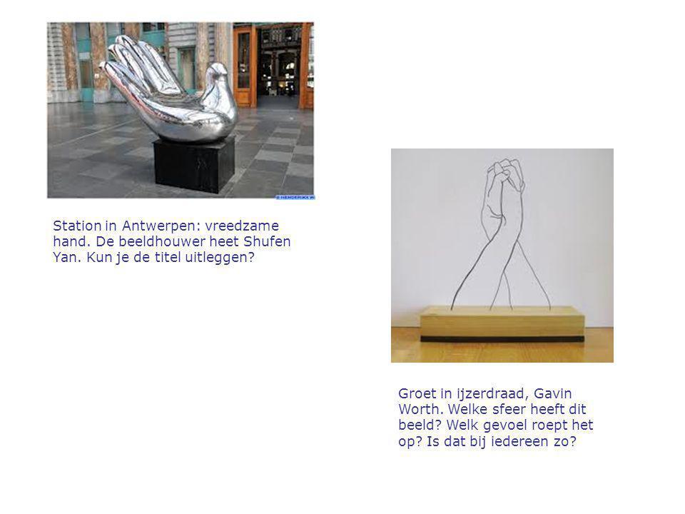 Station in Antwerpen: vreedzame hand. De beeldhouwer heet Shufen Yan. Kun je de titel uitleggen? Groet in ijzerdraad, Gavin Worth. Welke sfeer heeft d