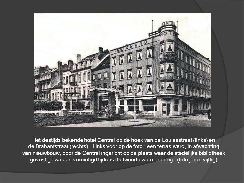 Zicht uit 1946 op de Vindictivelaan. De zijstraat ervan is de huidige Dekenijstraar die uitgeeft op de zijkant van de Grote Kerke.