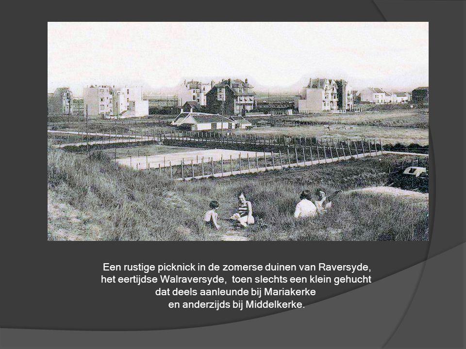 Gondelvaren in 'Den Hof' (Leopoldpark) anno 1907. De muziekkiosk en de bruggetjes zijn bewaard gebleven.