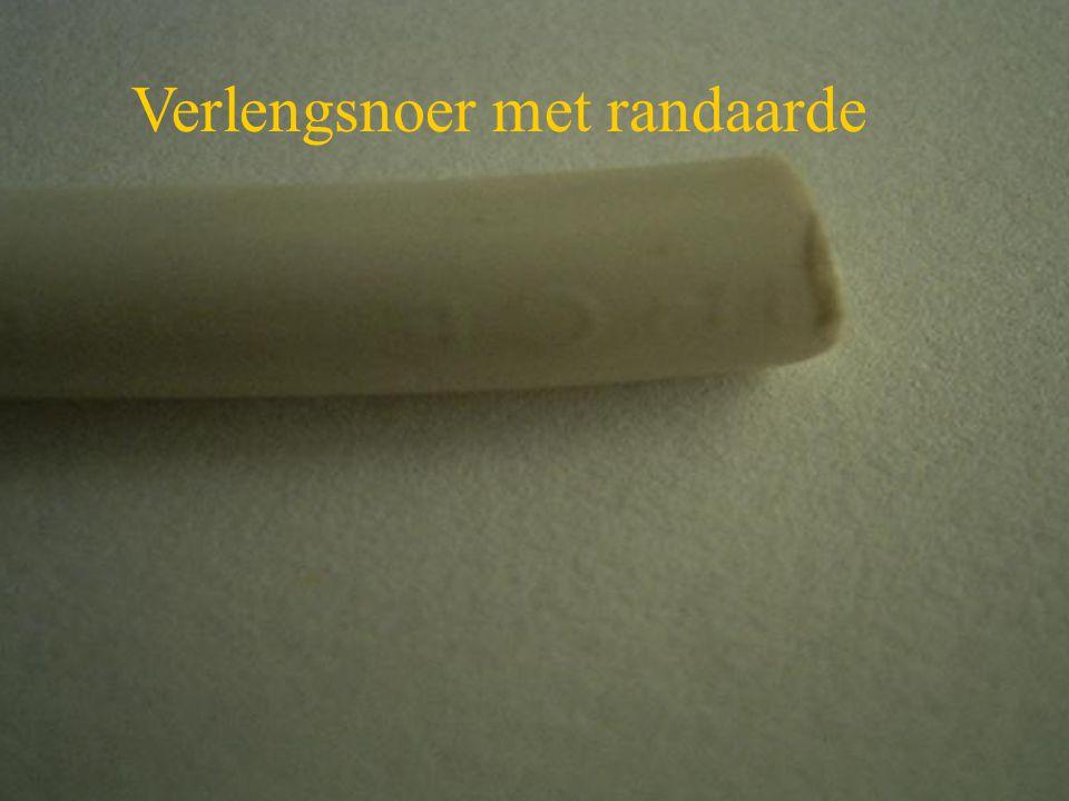 Knip met een zijkniptang de witte isolatiemantel een klein beetje in, probeer de gekleurde binnenaders niet te beschadigen.
