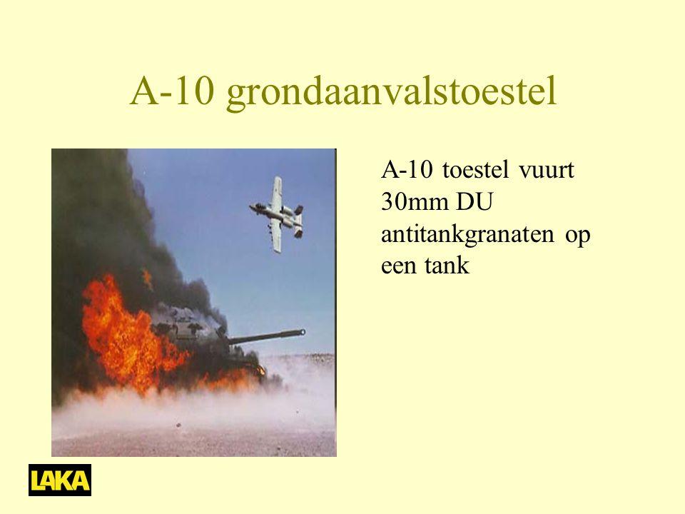 A-10 grondaanvalstoestel A-10 toestel vuurt 30mm DU antitankgranaten op een tank