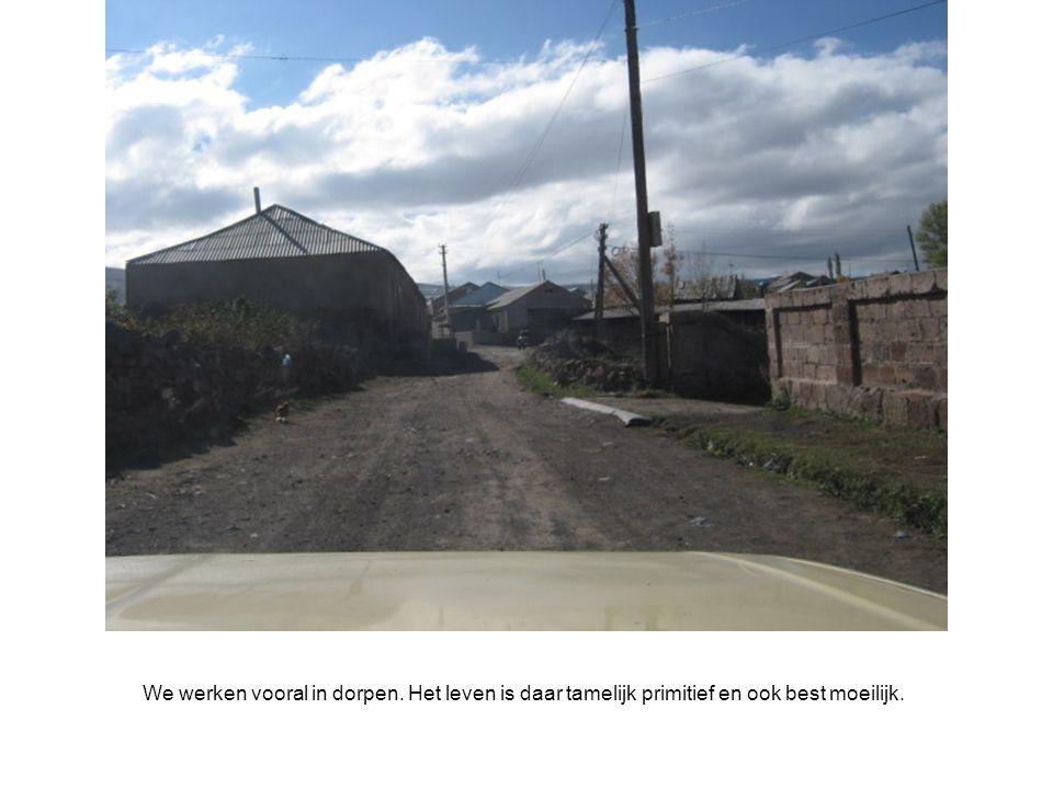 We werken vooral in dorpen. Het leven is daar tamelijk primitief en ook best moeilijk.