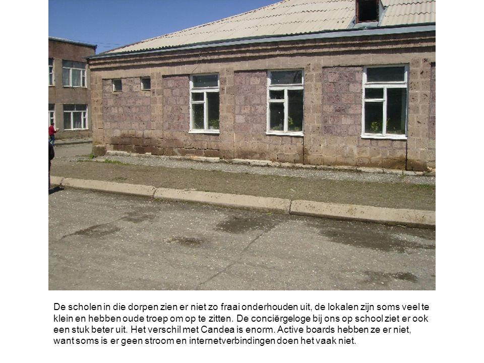 De scholen in die dorpen zien er niet zo fraai onderhouden uit, de lokalen zijn soms veel te klein en hebben oude troep om op te zitten.