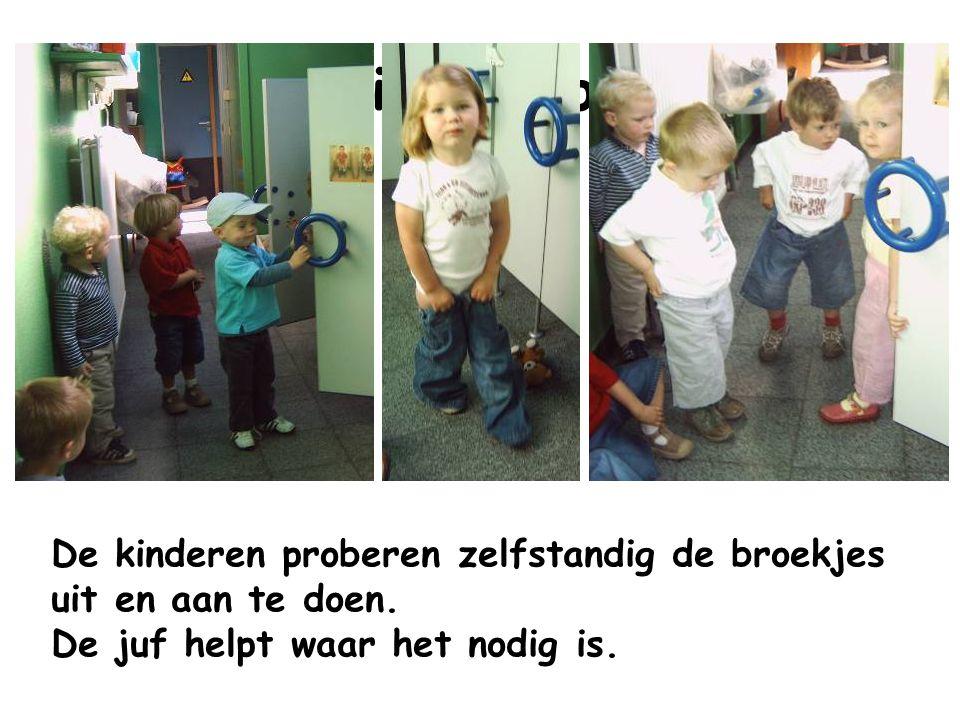 Toiletbezoek De kinderen proberen zelfstandig de broekjes uit en aan te doen. De juf helpt waar het nodig is.