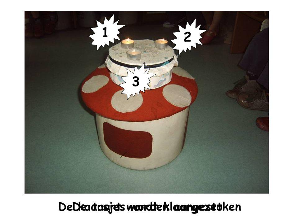 Verjaardagsritueel De taart wordt klaargezetDe kaarsjes worden aangestoken 1 2 3