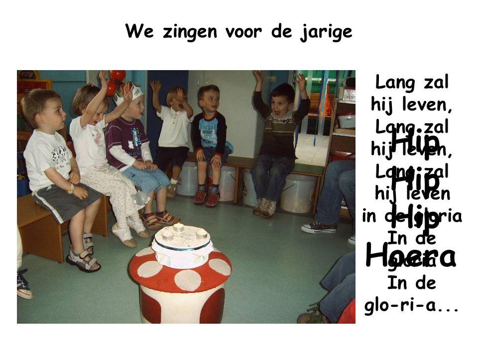 We zingen voor de jarige Lang zal hij leven, Lang zal hij leven, Lang zal hij leven in de gloria In de gloria In de glo-ri-a... Hip Hip Hip Hoera