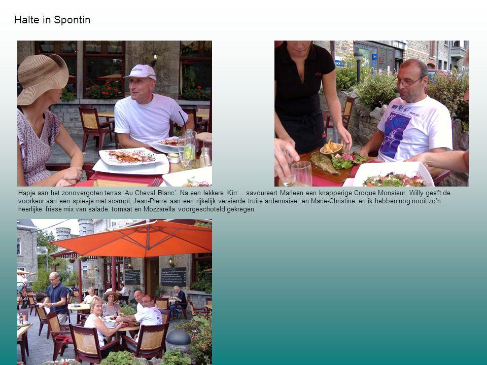Halte in Spontin Hapje aan het zonovergoten terras 'Au Cheval Blanc'.