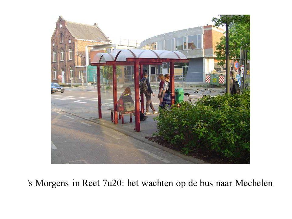 's Morgens in Reet 7u20: het wachten op de bus naar Mechelen