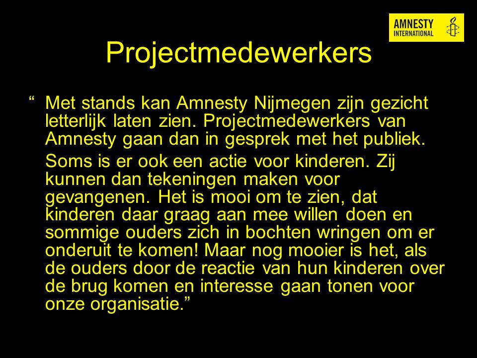 """Projectmedewerkers """" Met stands kan Amnesty Nijmegen zijn gezicht letterlijk laten zien. Projectmedewerkers van Amnesty gaan dan in gesprek met het pu"""