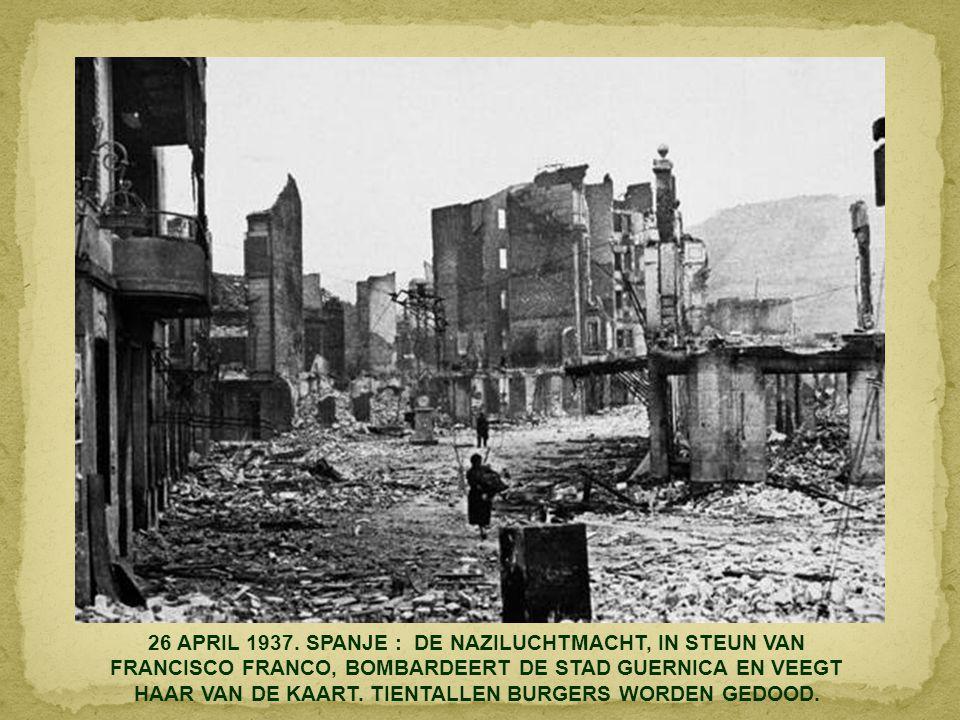 5 MEI 1920. MOSKOU : LENIN SPREEKT DE BOLSJEWISTISCHE TROEPEN TOE. NAAST HET PODIUM STAAT TROTSKY.