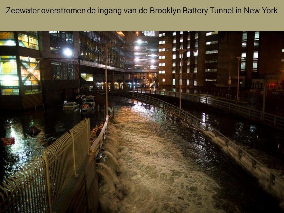 Zeewater overstromen de ingang van de Brooklyn Battery Tunnel in New York