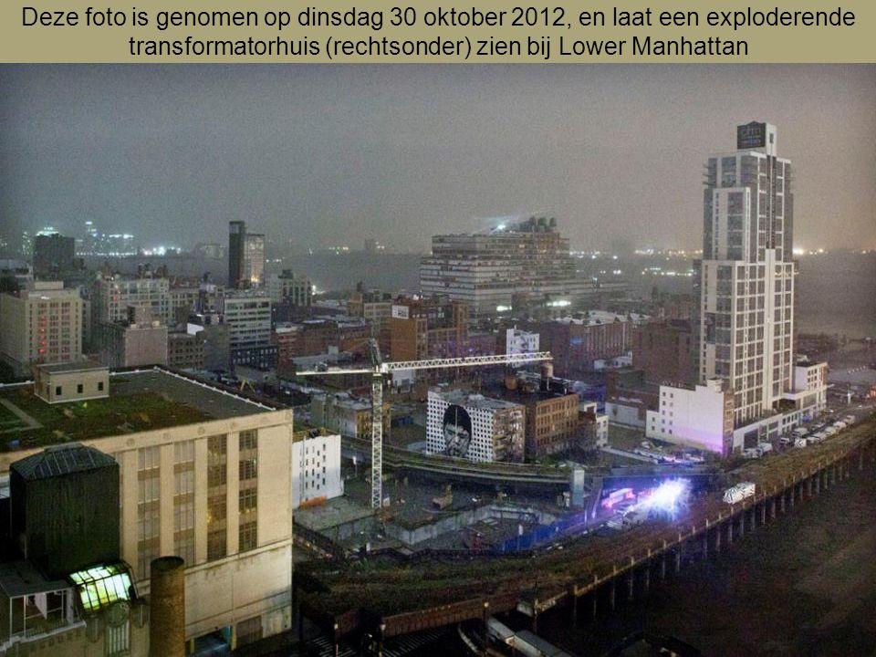Deze foto is genomen op dinsdag 30 oktober 2012, en laat een exploderende transformatorhuis (rechtsonder) zien bij Lower Manhattan