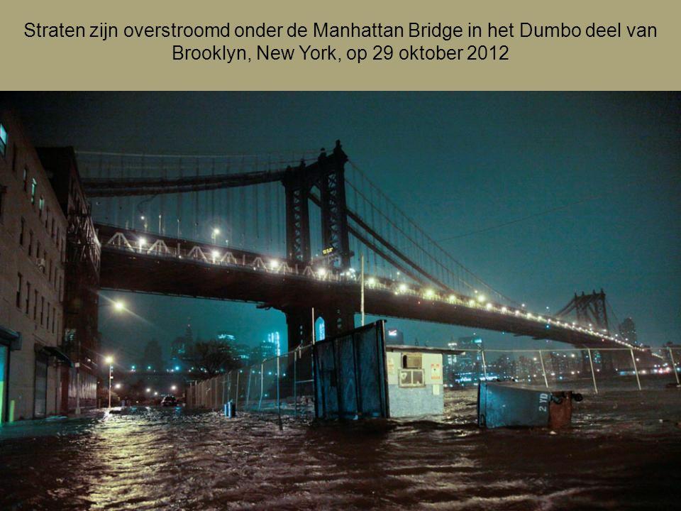 Straten zijn overstroomd onder de Manhattan Bridge in het Dumbo deel van Brooklyn, New York, op 29 oktober 2012
