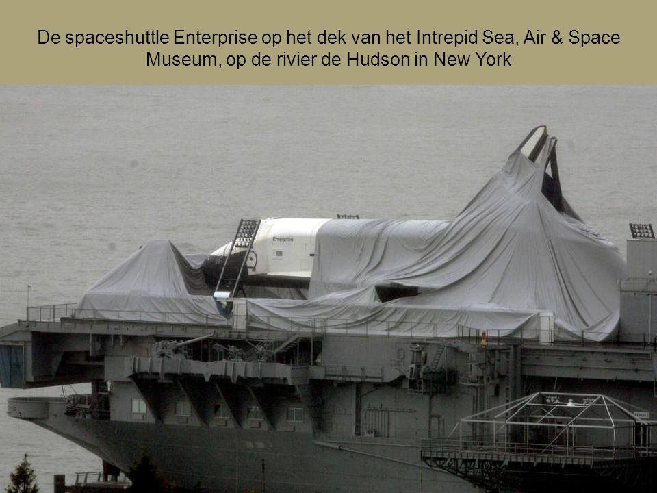 De spaceshuttle Enterprise op het dek van het Intrepid Sea, Air & Space Museum, op de rivier de Hudson in New York
