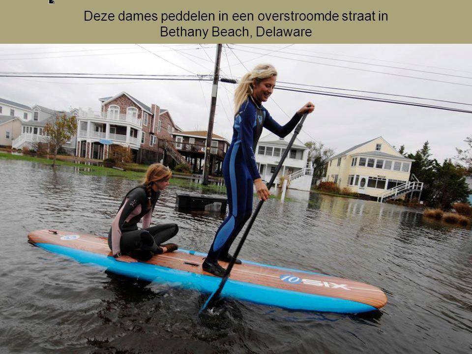 Deze dames peddelen in een overstroomde straat in Bethany Beach, Delaware
