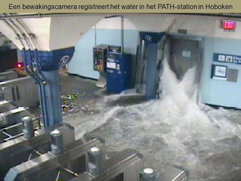 Een bewakingscamera registreert het water in het PATH-station in Hoboken