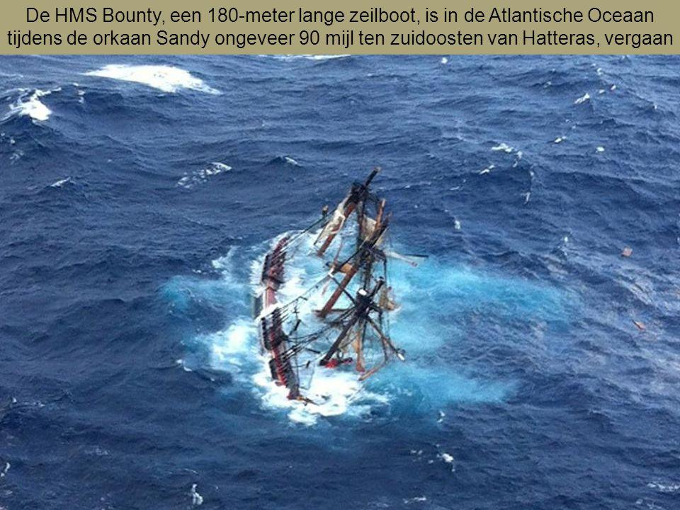 De HMS Bounty, een 180-meter lange zeilboot, is in de Atlantische Oceaan tijdens de orkaan Sandy ongeveer 90 mijl ten zuidoosten van Hatteras, vergaan