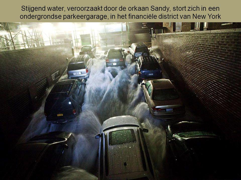 Stijgend water, veroorzaakt door de orkaan Sandy, stort zich in een ondergrondse parkeergarage, in het financiële district van New York