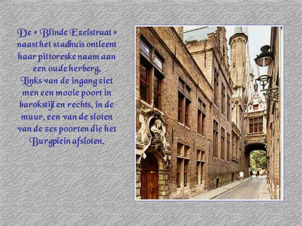 De « Blinde Ezelstraat » naast het stadhuis ontleent haar pittoreske naam aan een oude herberg. Links van de ingang ziet men een mooie poort in baroks
