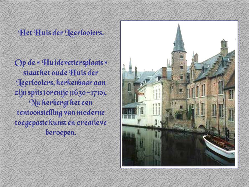 Het Huis der Leerlooiers. Op de « Huidevettersplaats » staat het oude Huis der Leerlooiers, herkenbaar aan zijn spits torentje (1630-1710). Nu herberg